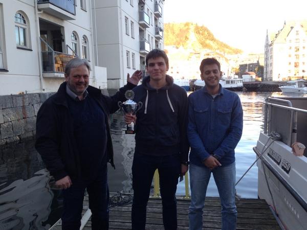 Thorstein, Simonas og Abdulla. Brosundet i bakgrunnen.