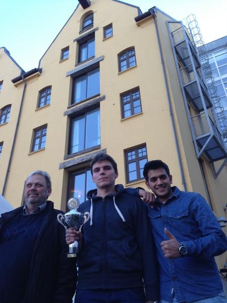 Thorstein, Simonas og Abdulla. Hotellet i bakgrunnen.