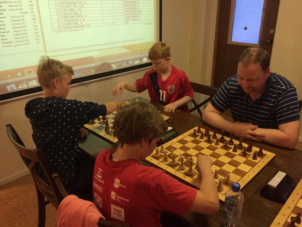 Turneringsvinner Andreas til venstre spiller mot Mathias.