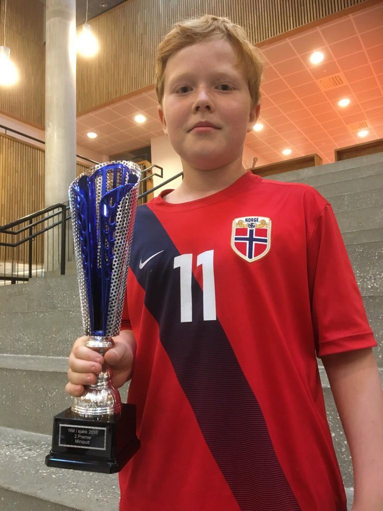 Mathias med pokalen for 2. plass i miniputt