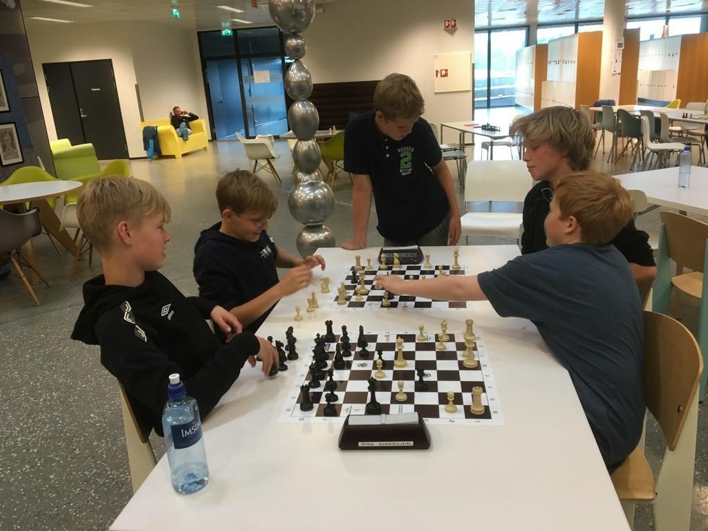 Ble mye sjakk i pausene også. Andreas, Niklas og Mathias med Tobias Lang-Nilsen, Moss og Bjørn Robertsen, Moss (Holmestrand)